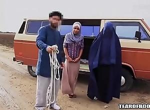 Arab bloke sells his own up to laddie