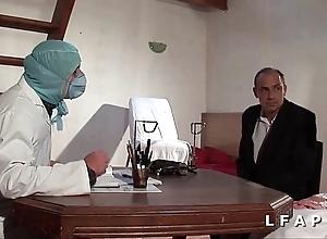 Unfriendliness vieille mariee se fait defoncee le cul chez le gyneco en trio avec le mari
